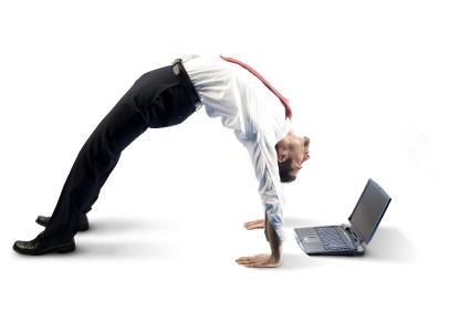 Flexibler Geschäftsmann mit Laptop